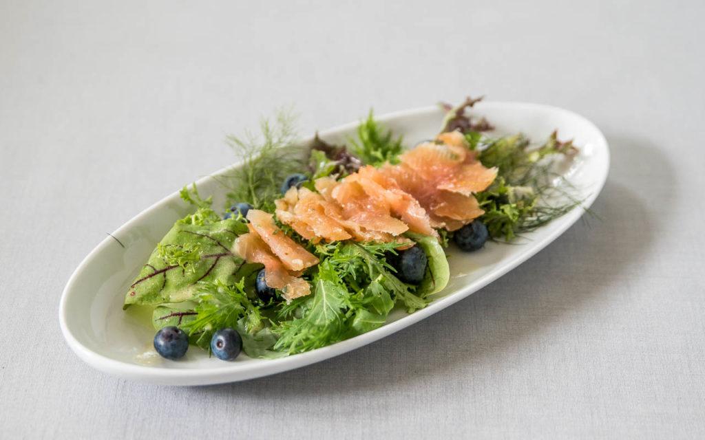Saibling mit Salat