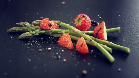 Spargel mit Erdbeeren