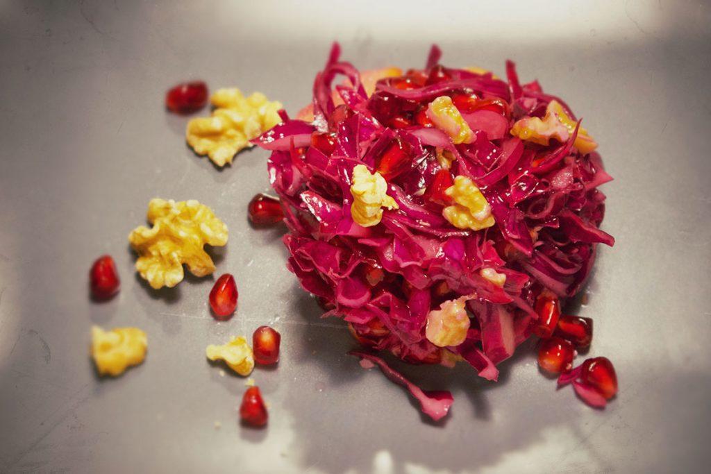 Rotkrautsalat mit Granatapfel und Wallnüssen