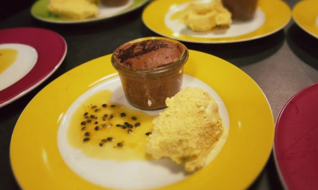 Lauwarmer Schokoladenkuchen mit Maracuja Sauce