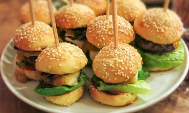 Mini Burger mit Radicchio, Scamorza und Mango-Chutney
