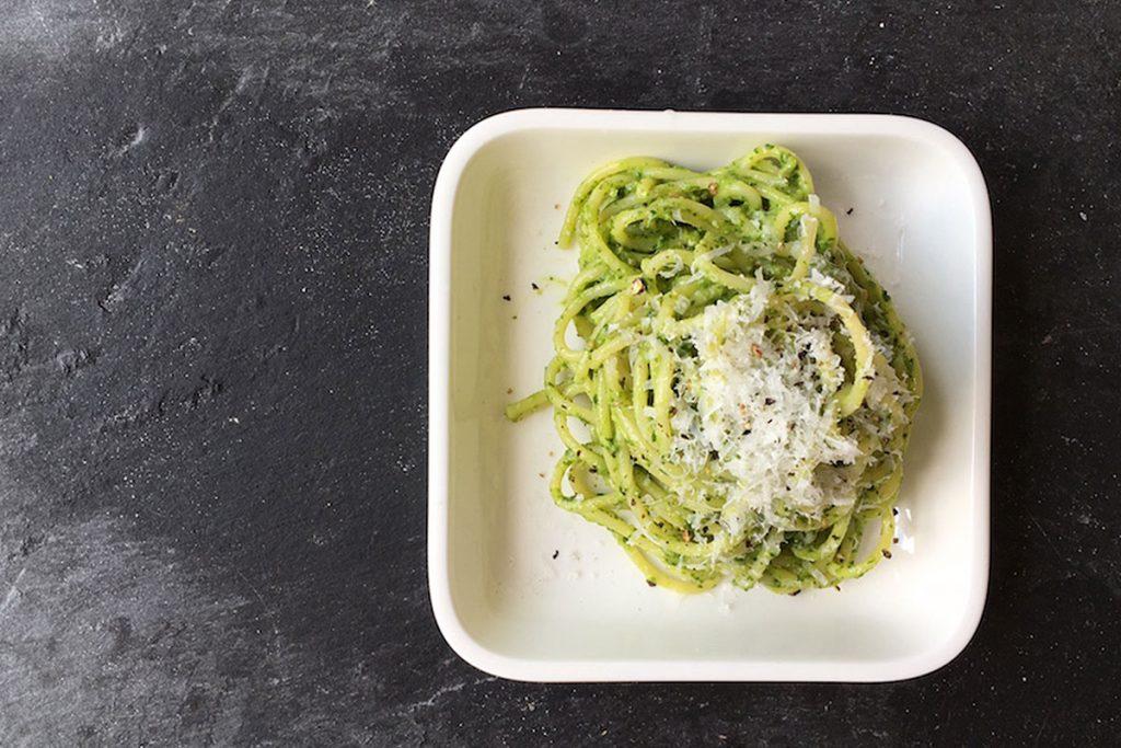 spaghetti mit avocado spinat pesto. Black Bedroom Furniture Sets. Home Design Ideas