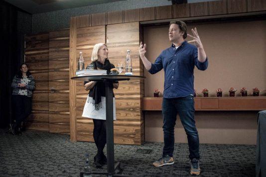 herr oliver in muenchen 3 534x356 - Weihnachts Kochbuch von Jamie Oliver