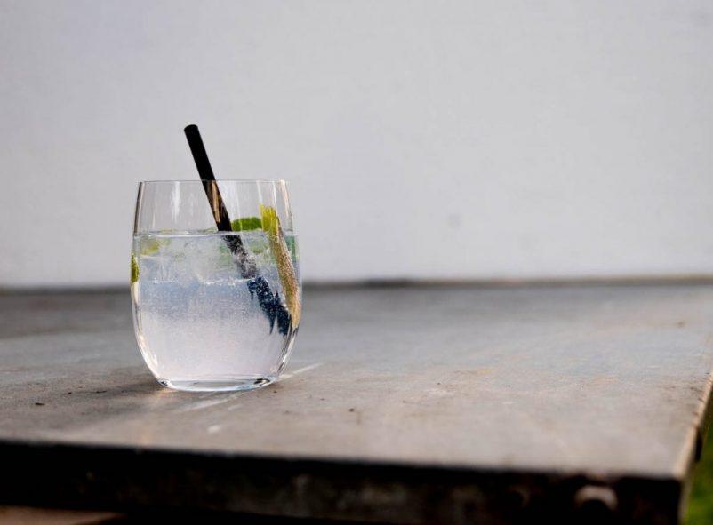 gin cocktails 02 14 802x591 - Rhabarber trifft Wachholder – Gincocktails für den Frühling