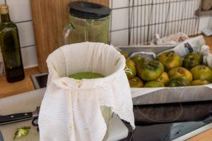 tomaten abtropfen 300x200 - Grüne Tomaten Suppe mit Basilikum-Schaum