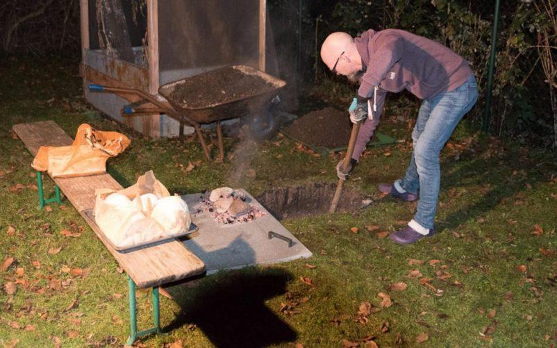 erdloch 10 2 802x501 - Lamm in der Feuergrube