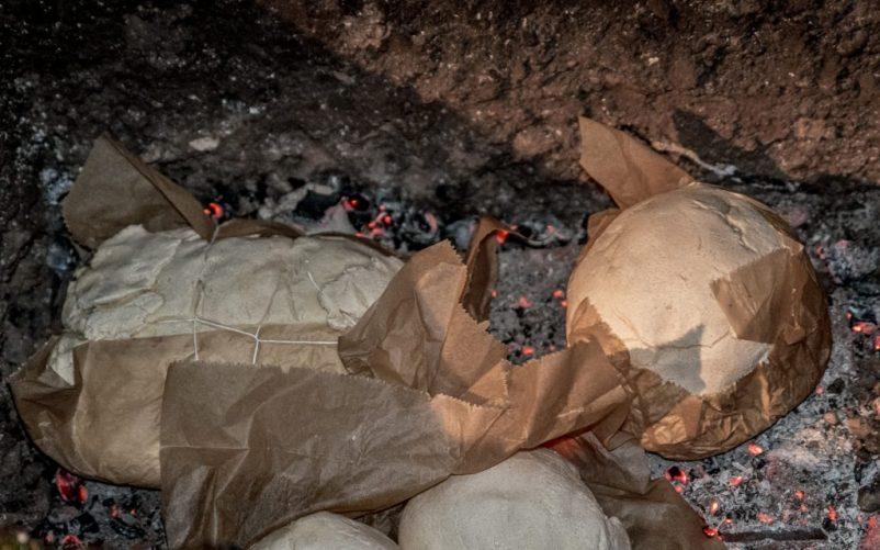 erdloch 11 802x501 - Lamm in der Feuergrube