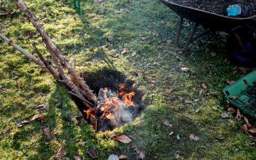 erdloch 6 361x226 - Lamm in der Feuergrube