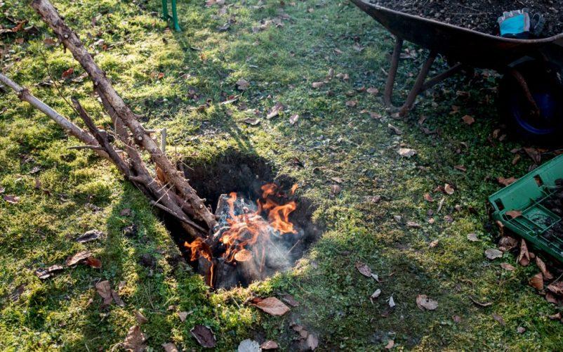 erdloch 6 802x501 - Lamm in der Feuergrube