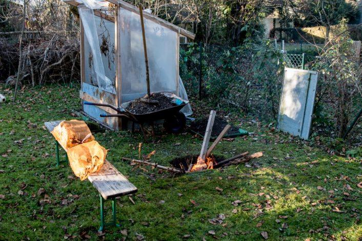 erdloch 7 706x471 - Lamm in der Feuergrube