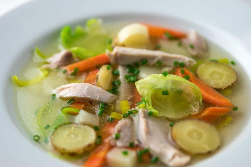 huehner suppe kerbel 2 802x534 - Hühnereintopf mit Topinambur, Rosenkohl Kerbelrübe uvm.