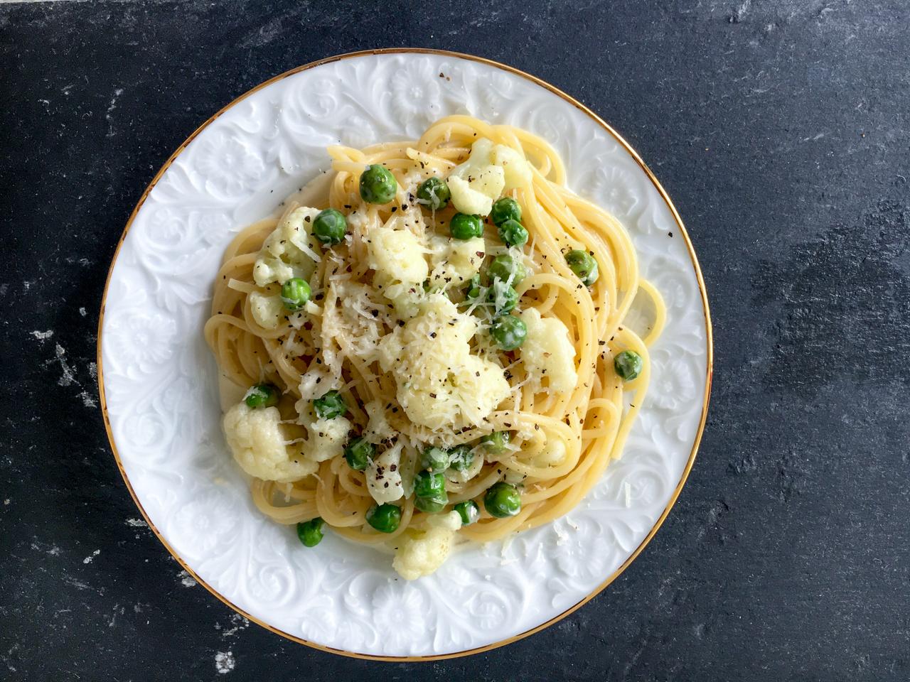 Rezept für Nudeln mit Blumenkohl in einer Käse-Sahne-Sauce mit Erbsen. Vegetarisch