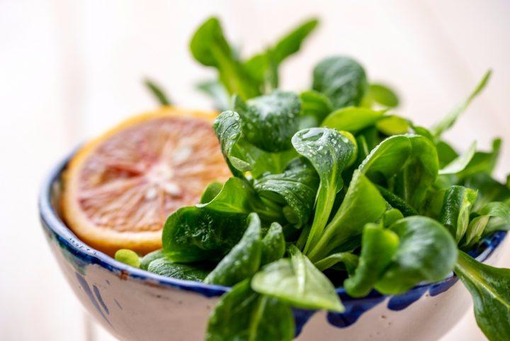 Rezept für vegetarisches Feldsalat-Pistazien-Pesto mit Blutorange