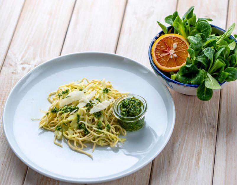 Nudeln mit Pastinaken, Kohl und Feldsalat-Pisatzien-Pesto. Vegetarische Pasta