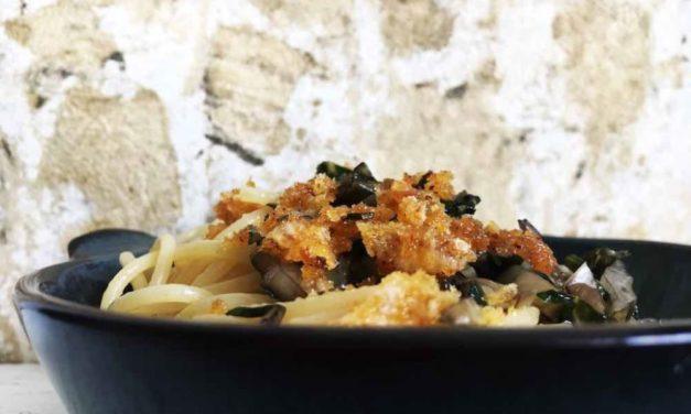 Spaghetti mit Mangold und Parmesanbröseln