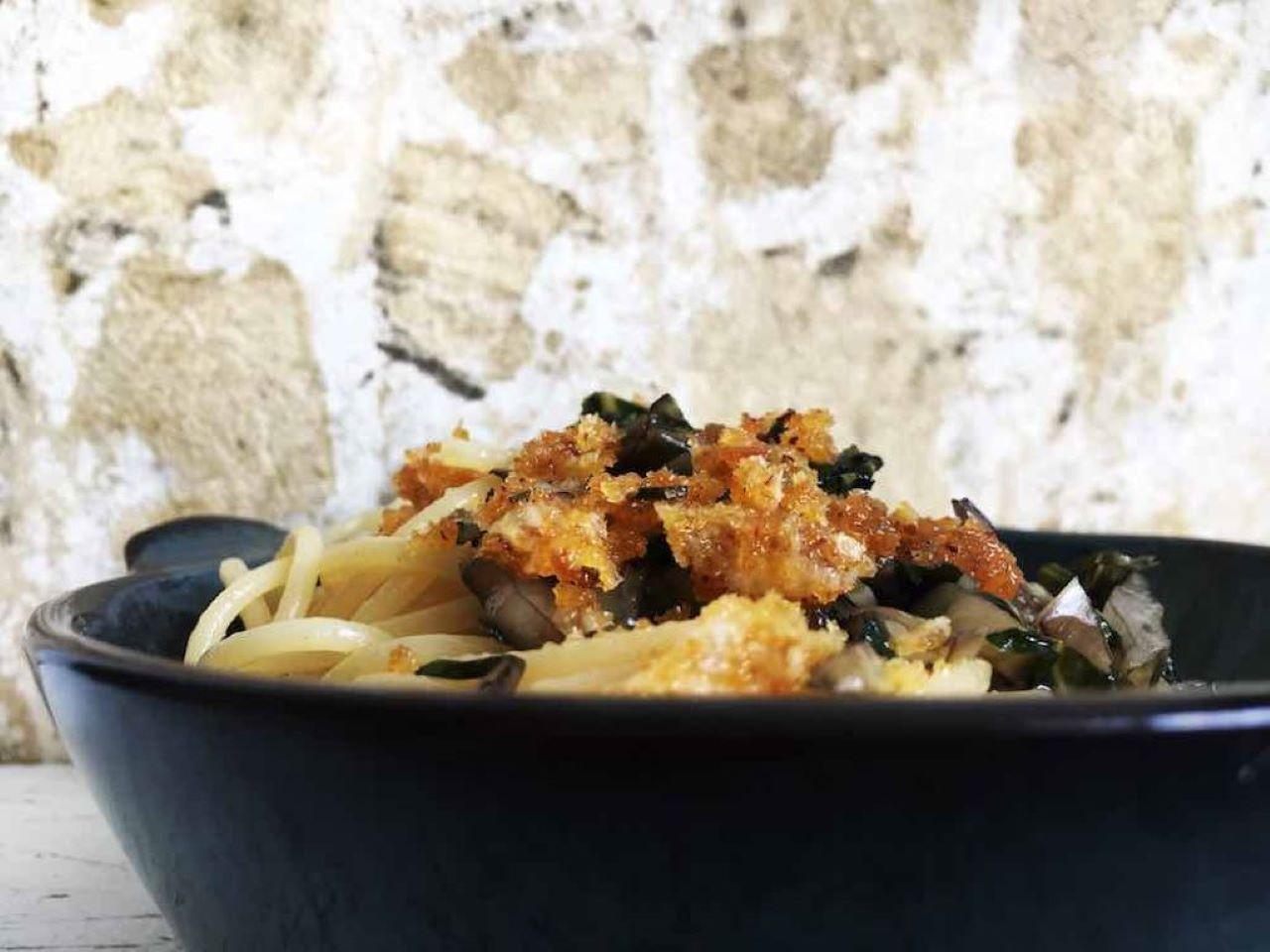 Spaghetti mit Mangold und Bröseln aus Parmesan, Rosmarin, Knoblauch und Piment D'Espelette. Vegetarisch