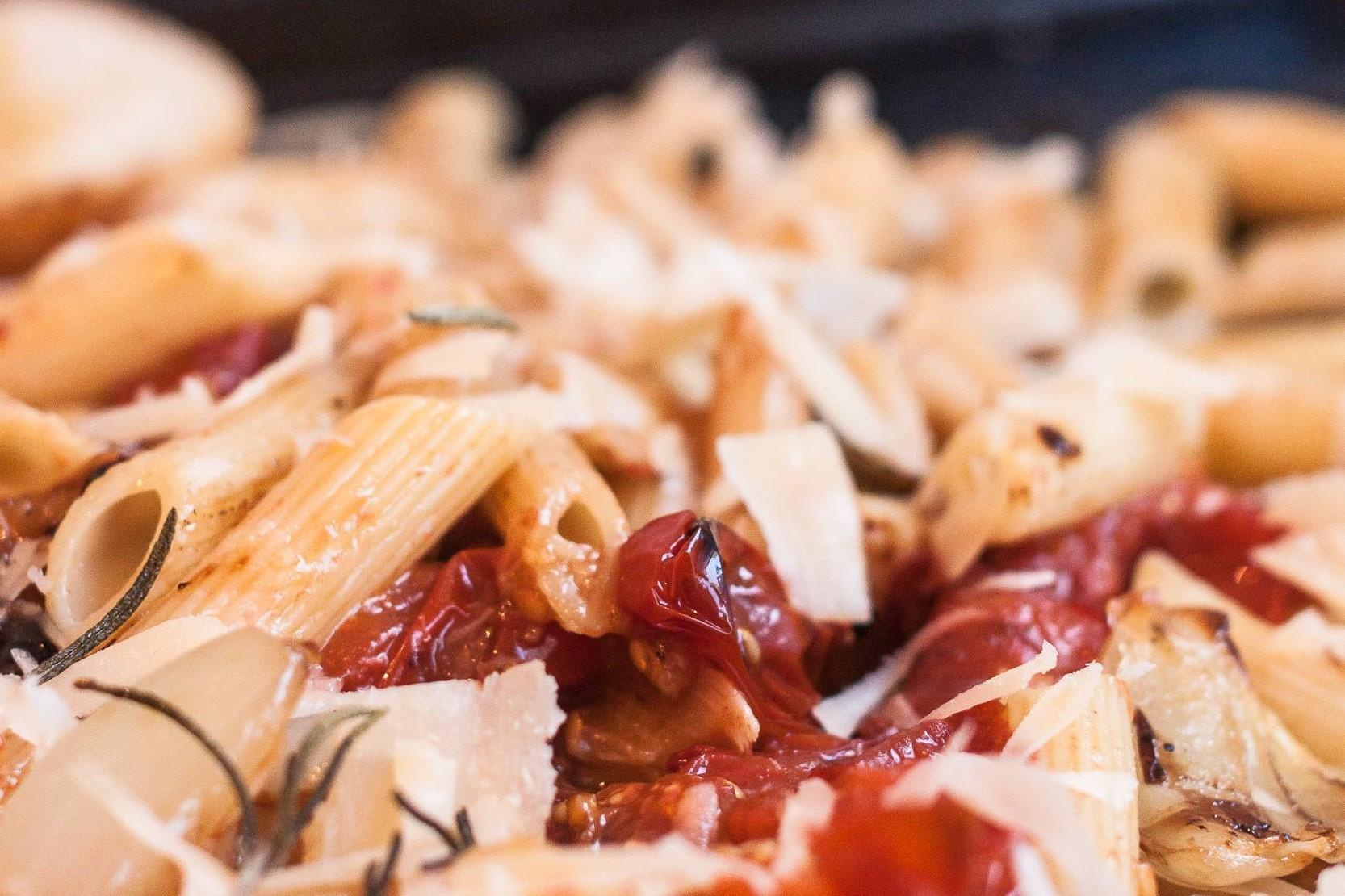 Nudeln mit gerösteten Tomaten aus dem Ofen, vegetarisch
