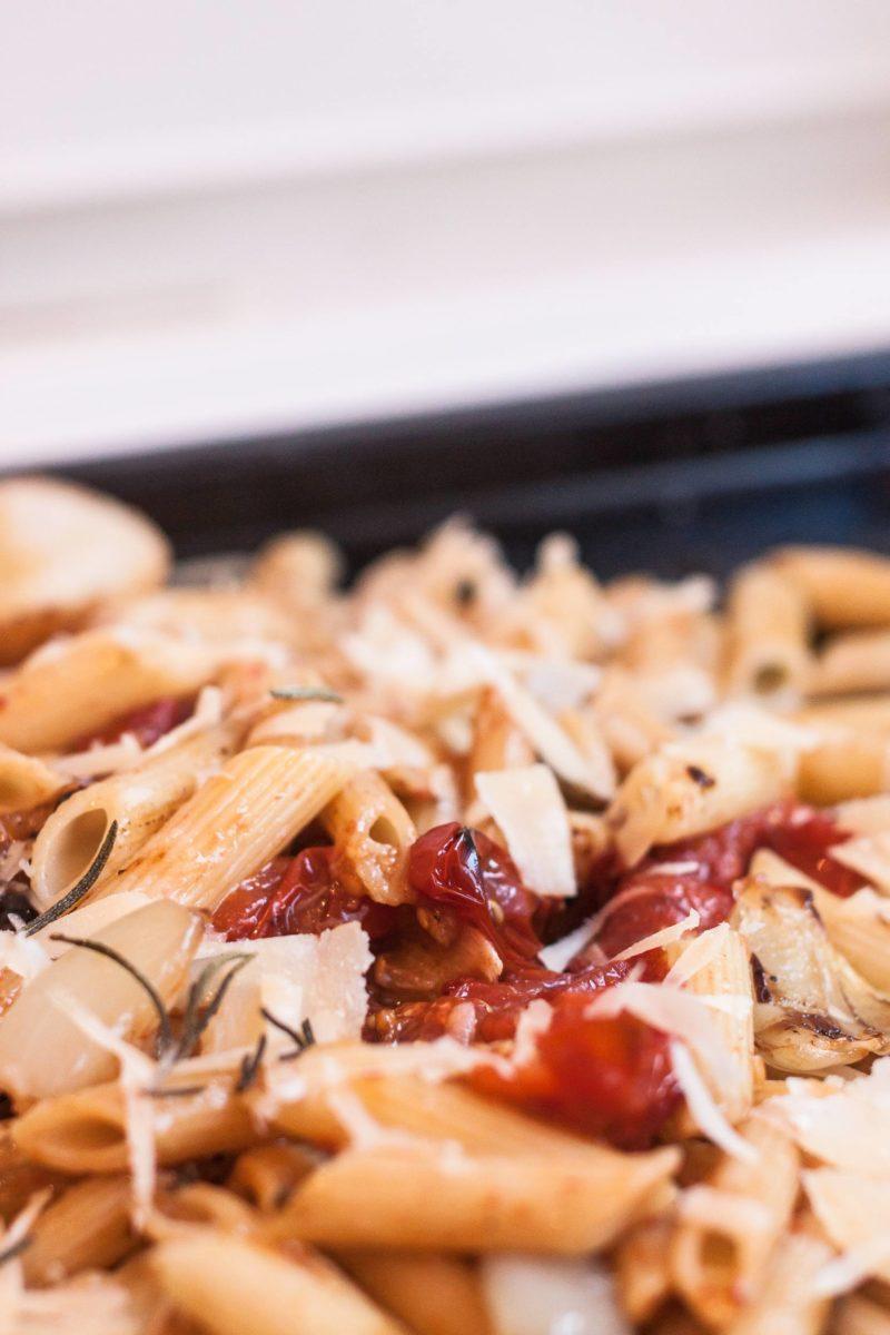 Pasta mit Ofentomaten, Knoblauch, Rosmarin und Parmesan, vegetarisch