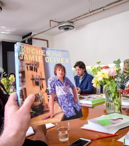 Jamie Oliver damals und heute. Mein erstes Kochbuch mit dem alles begann.