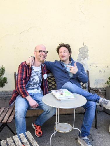 Zusammen mit Jamie Oliver auf der Bank, fast so als würden wir uns schon ewig kennen.